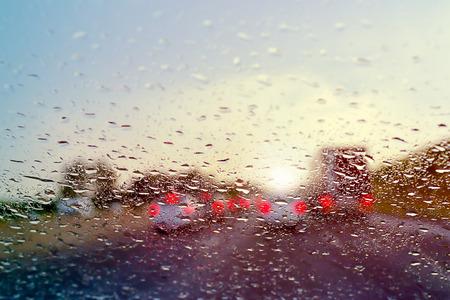 앞 유리에 빗방울에 고속도로 선택적 초점에 교통 체증을 운전 나쁜 날씨 스톡 콘텐츠
