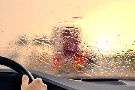 mermelada: Conducción en una carretera en la puesta del sol Cuando empieza a llover