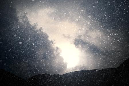sapin neige: Météo - ciel dramatique avec pluie et la neige - image générée par ordinateur