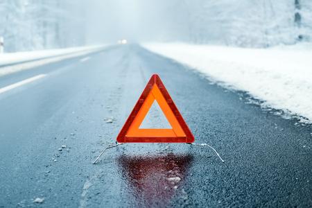 겨울 운전 - 겨울 도로에 삼각형 경고 스톡 콘텐츠