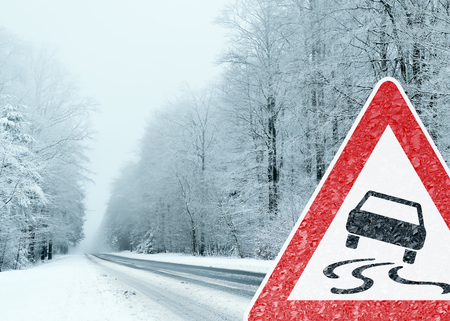 Winter Driving - Caution Risk of Snow and Ice Standard-Bild