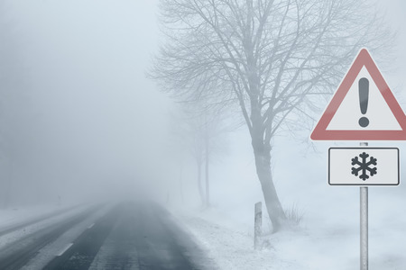 estado del tiempo: Precaución - Foggy Vialidad Invernal Foto de archivo