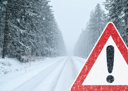 advertencia: Winter Driving - Precaución - Riesgo de Nieve y Hielo Foto de archivo
