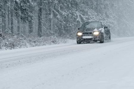 estado del tiempo: Winter Driving - camino rural en invierno - de la nieve y el hielo de riesgo
