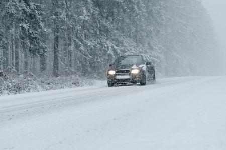 雪と氷の冬運転 - 冬の田舎道-