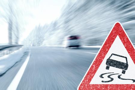 Winter Driving - Icy Segnale di pericolo con Archivio Fotografico - 50719139