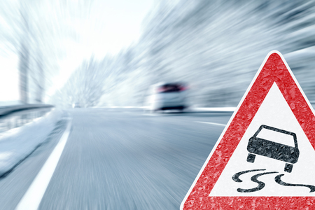 Winter Driving - Icy Road Warning Sign with Stockfoto