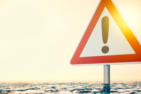 洪水の水の警告標識の立っています。