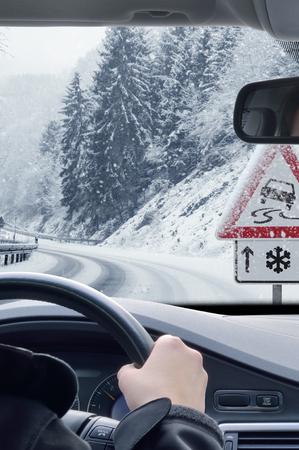 Conduite hivernale - Route enneigée avec panneau d'avertissement Banque d'images
