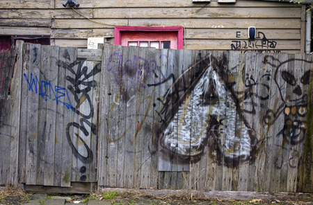 Melbourne, VictoriaAustralia- August 31 2016: Graffiti on an old woodern fence in in front of an old wooden house in suburban Melbourne, Australia. 報道画像