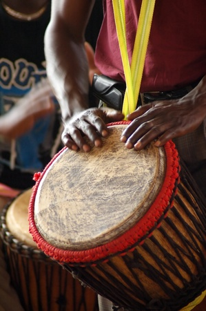 tambores: Detalle de un baterista djembe Africana