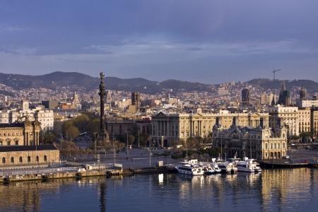 amanecer: Dawn rompiendo en el monumento de Col�n en Barcelona