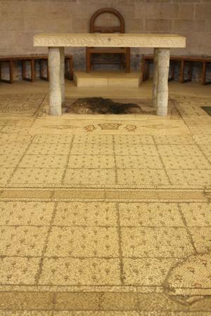 multiplicacion: Altar por encima de la roca dice que tiene comida milagro coloc� sobre ella, iglesia de la multiplicaci�n, Tabgha, Israel Foto de archivo