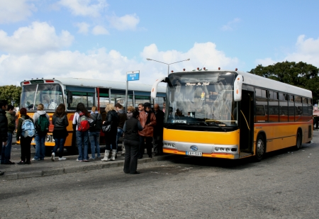 terminus: Bus amarillo en terminal, Valletta, Malta Editorial