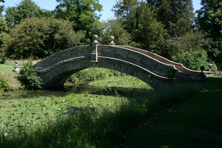 wrest: Stone bridge near Chinese Pavilion, Wrest Park, near Silsoe, Bedfordshire, England Stock Photo