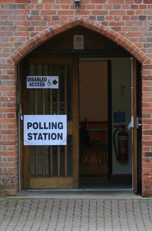 encuestando: Entrada de Votaci�n, Village Hall, Gosfield, Essex, Inglaterra Foto de archivo