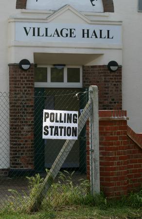 encuestando: Signo de Votaci�n y la entrada, Village Hall, Rivenhall, cerca de Witham, Essex, Inglaterra Foto de archivo