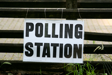 encuestando: Signo de Votación, Village Hall, Gosfield, Essex, Inglaterra Foto de archivo