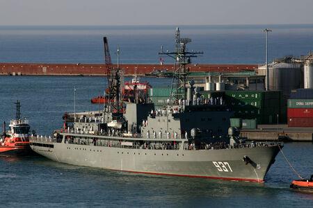Algierski: Genua, Włochy - 06 sierpnia 2014 - algierski granatowy fregata ANS Soummam przybyciu portu Genua, Włochy