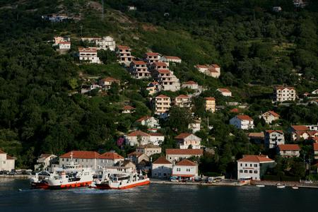 docked: Ferries entre Kamenari y Lopetane atracados en Kamenari, bah�a de Kotor, Montenegro