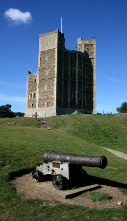 henry: Cannon in foreground with the Keep of King Henry ll known as Orford Castle, Orford, Suffolk, England