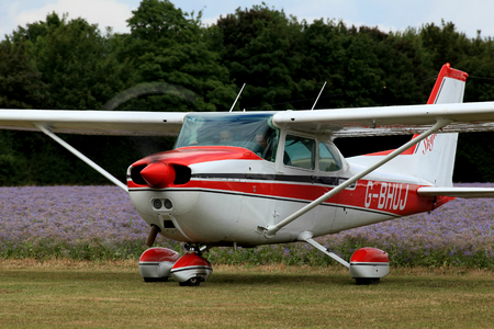 G BHUJ セスナ 172 は、ブレイン ツリー、エセックス、イギリスの近くのレイン飛行場を出発する準備します。