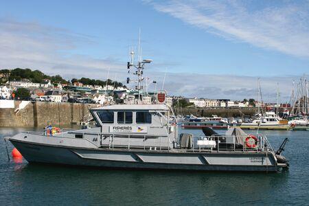 fischerei: Fischereischutzboot der Regierung von Guernsey auf den Kanalinseln Editorial