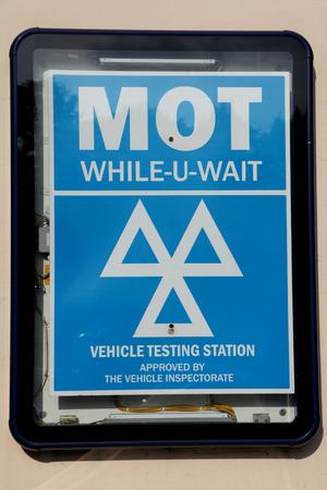 mot: MOT While-U-Wait sign, Chelmsford, Essex Stock Photo