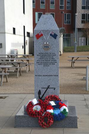 neptuno: Seafarers war memorial, overlooking Neptune Marina, Ipswich, Suffolk