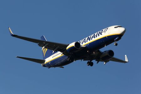 holiday budget: London, Stansted Airport, 20 Jan 2017 - Ryanair, Boeing 737, EI-FIO, on final approach