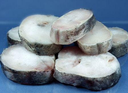comida congelada: rodajas de merluza sobre hielo  Foto de archivo