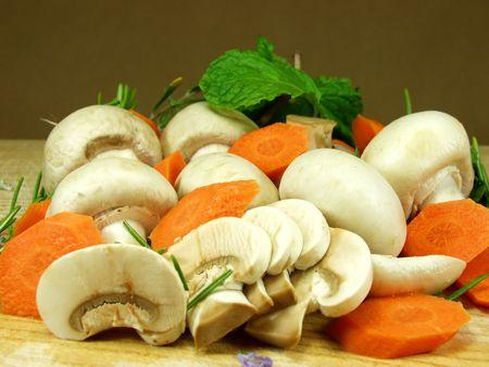 champignons: sliced mushrooms whit vegetables and herbs