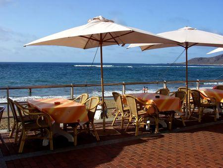 tentempi�: muebles restaurante al aire libre en la playa  Foto de archivo