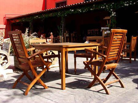 forniture: forniture de la terraza en la madera hecha. Tabla y sillas Foto de archivo