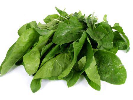 anaemia: Espinacas frescas verdes aislados sobre fondo blanco  Foto de archivo