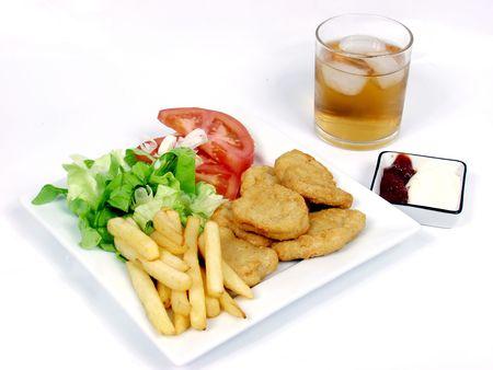 nuggets de poulet: P�pites de poulet avec salade, tomate et frites
