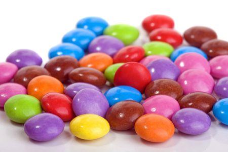 obesidad infantil: Cerca de dulce smarties sobre fondo blanco