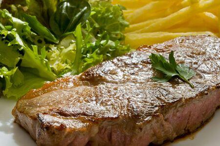 carne asada: filete asado de carne con ensalada verde y frito  Foto de archivo