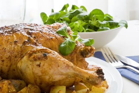 roast potatoes: roasted chicken with potatoes and salad on white platter Stock Photo