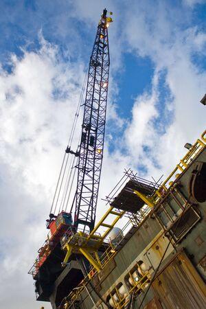 petrochemistry: de trabajo de una gr�a de plataforma de petr�leo en puerto