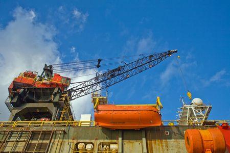 petrochemistry: de trabajo de una gr�a torre petrolera en el puerto Foto de archivo