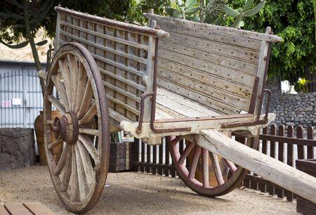 carreta madera: antiguo carro de madera con ruedas grandes en el parque