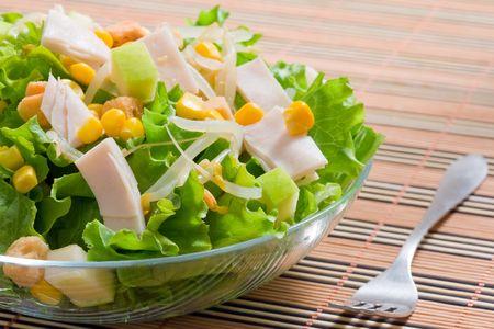 plato de ensalada: ensalada de lechuga con ma�z dulce y el jam�n de pavo Foto de archivo