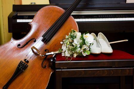 eligible: bridal bouquet di fiori e composizione con violonchelo