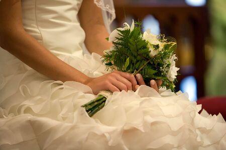 eligible: bridal bouquet di fiori sulla composizione con le mani