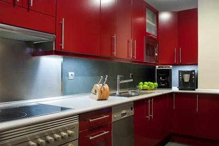 microondas: cocina moderna en colores rojo y gris Foto de archivo