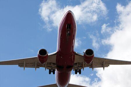 boeing: boeing 737 aereo vicino aeroporto per l'atterraggio