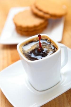 galletas de jengibre: una taza de caf� negro con galletas de jengibre