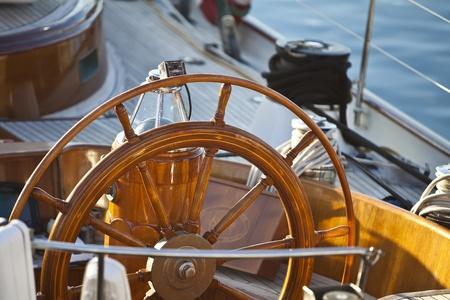 timon barco: timón de madera vieja en un velero detalles