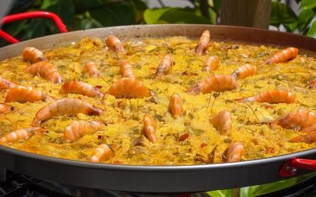 tradizionale paella spagnola con gamberi in padella grande Archivio Fotografico